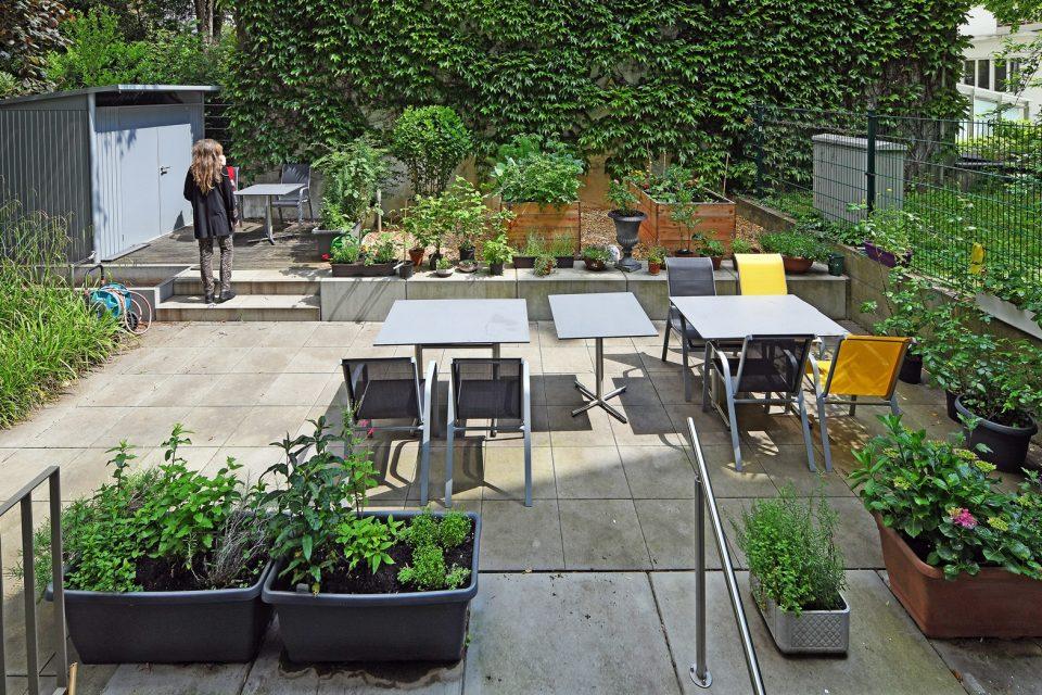 Blick in den Hinterhof des Frauenwohnhauses mit Garten