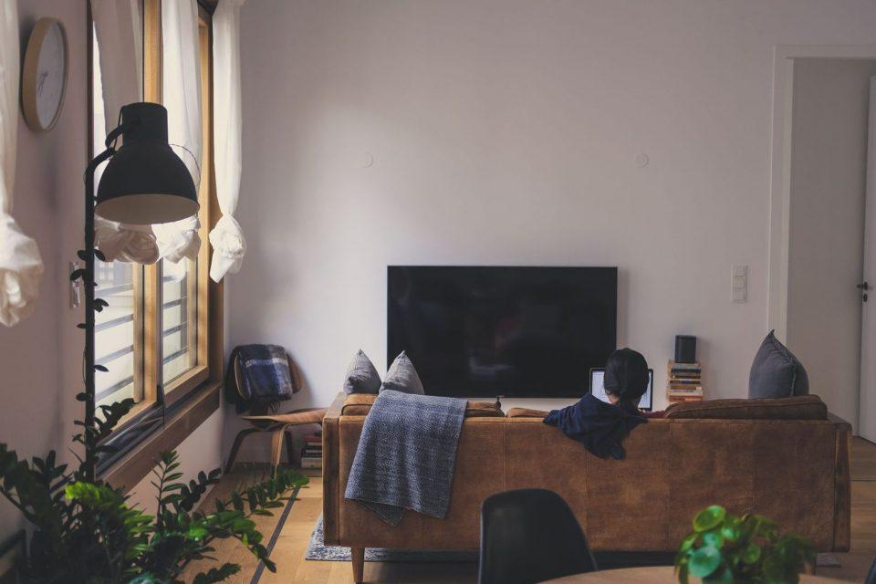 Blick in eine Wohnung mit TV-Gerät